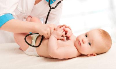 Baby hos lægen