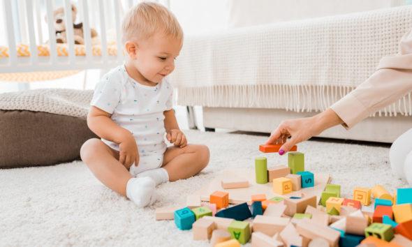 Sådan stimulerer du bedst dit barn i dets første år