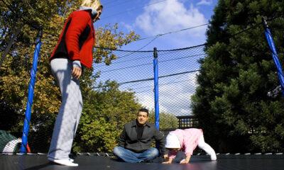 børn der hopper på trampolin og leger
